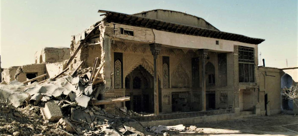 House of Sheikholeslam of Esfahan bombarded during the Iran-Iraq War in 1986 and its south east corner completely destroyed with its decorations (Link:  http://isfahancht.ir/Fa.aspx?p=320)